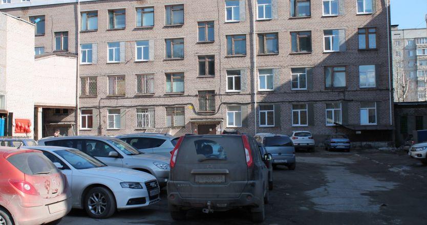 Аренда помещений Строителей, 28а - парковка во дворе здания
